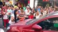 哥伦比亚女子当街拦车捉奸 民众递擀面杖起哄