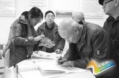 义马市:老人和残疾人办理免费乘车卡