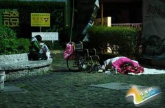 台湾一男子卖房后卷钱跑了 6旬老母流落街头(组图)
