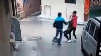 监控:女生大白天遭勒脖拖行抢劫 被狠摔在地