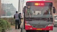 八旬老太独自乘公交遭拒载 司机称不愿担风险引热议