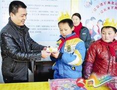 新蔡县邮政分公司员工为留守儿童过生日