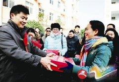 新蔡县爱心人士为月亮湾中学教师送爱心棉鞋