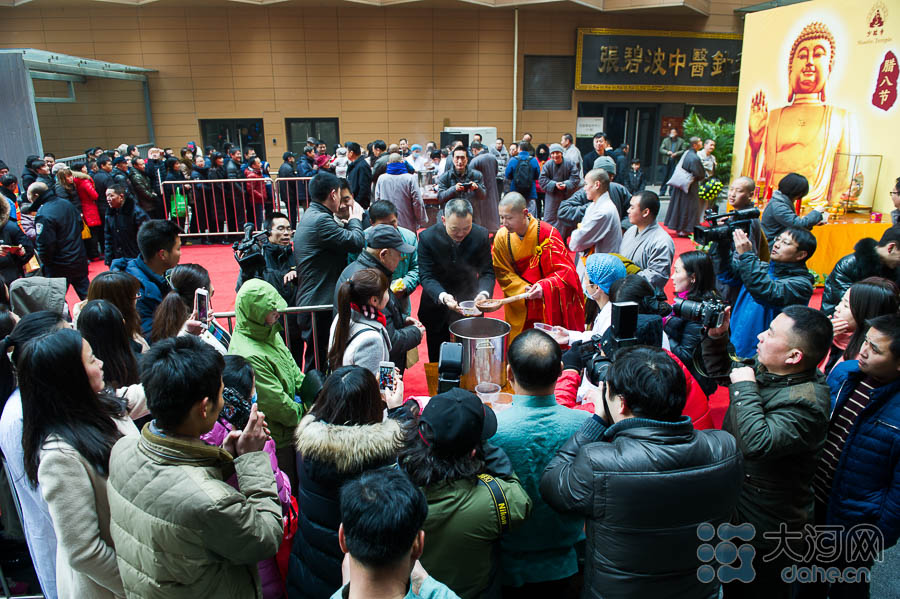 1月17日,恰逢中国传统节日腊八节。上午10时,位于郑州市农业 东路与如意西路交叉口的成中品堂国医国药馆门前粥香四溢,数名少林寺僧人向市民免费施粥,一片热闹景象。