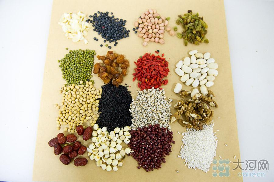 """少林腊八粥也叫""""少林五行腊八粥"""",有着近八百年的历史,少林药局保存的古医方上,还专门记载了""""少林五行腊八粥""""的秘制法。图为少林腊八粥的原料。"""
