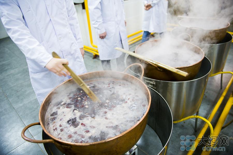 医馆的工作人员一大清早就开始熬制的少林腊八粥。