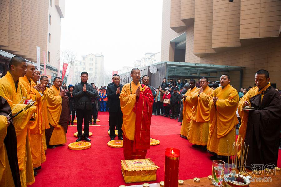 少林寺僧人在施粥前举行庄严的祈福法会,祈愿四海升平,国泰民安。