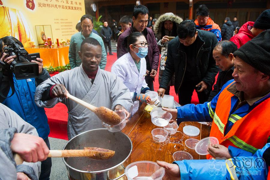 """少林寺""""洋和尚""""为辛勤的环卫工人盛粥。"""