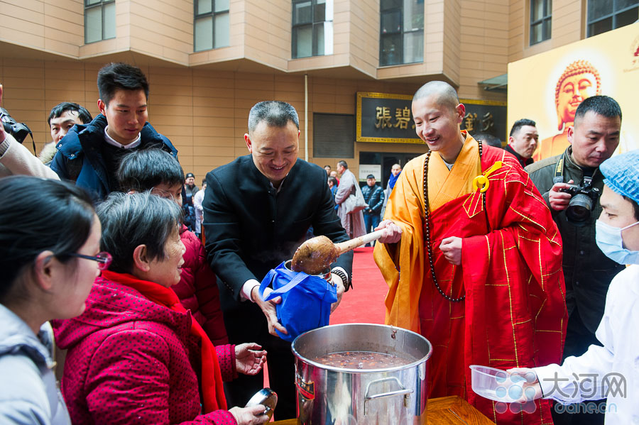 """少林寺僧人向排队等候的群众施粥。古时候,人们常在十二月初八这天祭祀祖先和神灵,祈求丰收和吉祥,渐渐形成传统的节日。相传这一天还是佛祖释迦牟尼成道之日,称为""""法宝节"""",是佛教盛大的节日之一。人们更多记住俗语""""过了腊八就是年"""",这意味着春节序幕已经拉开,年味儿一天比一天浓了。"""