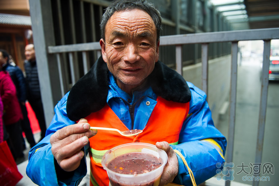 腊八粥是五谷丰登的好兆头,也是很好的养生食物。在最寒冷的腊月,一碗粥经过小火熬制,香甜软糯、暖胃易消化,非常健康。