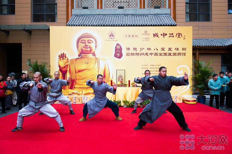 少林寺武僧带来精彩的功夫表演。