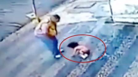 监拍巴西1岁幼童从3楼坠下 毫发无损自行爬起