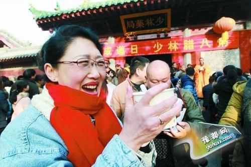 少林寺施腊八粥 女子从长春开车到登封喝第一碗