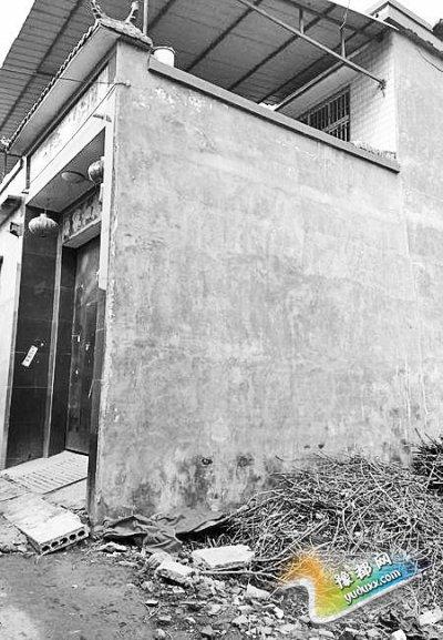 李晓阳跳下来的位置位于家里的二楼平台上,距离地面五六米高。