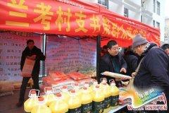 """兰考""""80后""""村支书郑州摆摊帮村民卖农产品"""