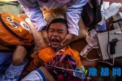 印尼男孩集体割礼现场痛不欲生 实拍惨无人道女孩割阴礼