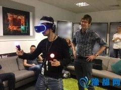 小岛秀夫探访索尼伦敦试玩VR 左右开弓好霸气