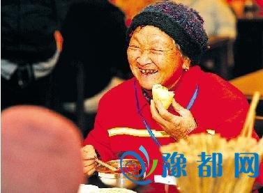 郑州胡辣汤店开业不搞庆典 请环卫工免费就餐