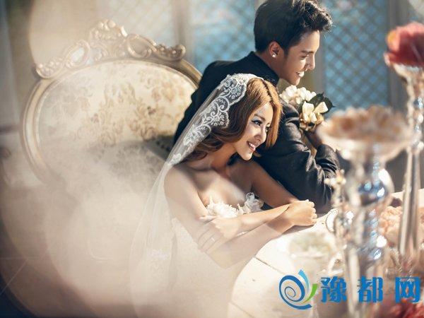 双手轻捧婚纱,配上可爱的表情置身于花海之中