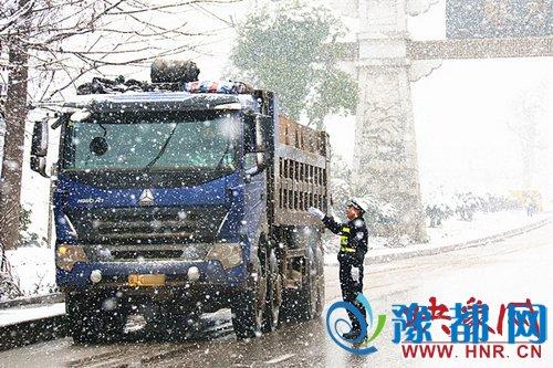 """豫东大地最动人""""雪警"""" 保障车辆行人安全通行"""