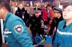 男子郑州火车站晕倒口吐白沫 铁警跪地救人