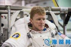 """宇航员尝试""""太空马拉松"""":腿绑重物 借助跑步机"""