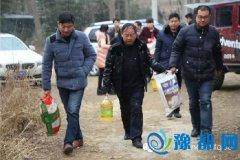 县委宣传部、县文联联合爱心企业送温暖