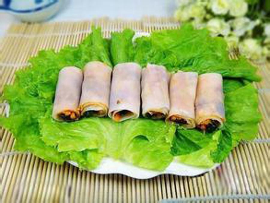 """郑州春节习俗:正月初五吃面皮补""""补丁"""" 听老人讲,在郑州及周边一带,春节习俗里有正月初五吃面皮补""""补丁""""一说。据说,早些年在郑州周边的农村,这一习俗显得尤为重要。过了大年初一,除了正月十五重要外,初五往往也被看做是一个很重要的日子。"""