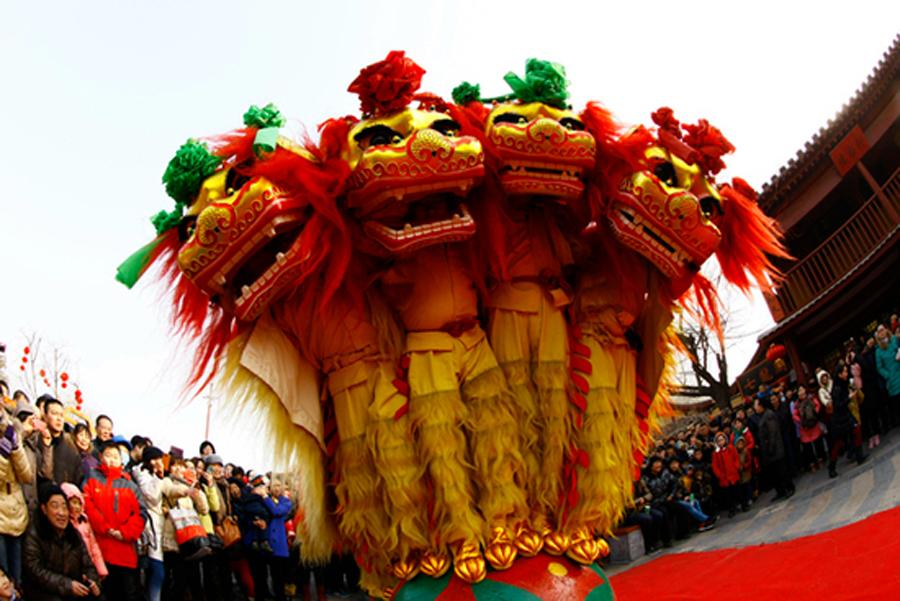 """开封春节习俗:展示舞狮等民间艺术 开封民间称春节为""""过年""""。但是,过年并非单指阴历正月初一,还包括年头、年尾,从旧岁的腊月初八至新年正月初五均是年日。开封传统民俗文化源远流长、丰富多彩、特色浓郁。春节期间,各类民俗表演队会聚一堂,有舞狮、盘鼓、高跷、旱船、唢呐等丰富多彩的民间艺术。"""