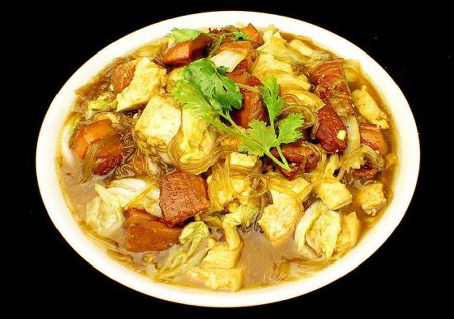 """安阳春节习俗:初一中午吃烩菜 对于安阳人来说,大年初一早上一般吃饺子;到了初一的中午,安阳的老百姓大多会做上一锅特有的""""安阳烩菜""""。安阳地区初一中午吃烩菜的习俗由来已久。以前的时候,普通百姓做的烩菜一般用豆芽、白菜、土豆、红薯等垫上底,然后用大块的皮渣封顶,最后用大肉盖上一个尖。而生活稍微富裕的人们则会在烩菜中加入酥肉等肉类,这也被称作""""上烩菜""""。"""