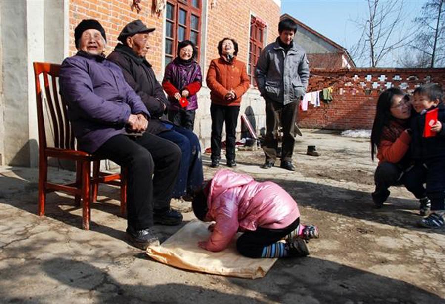 濮阳春节习俗:磕头有学问   磕头,是豫北乡村过春节的重要内容之一。在濮阳磕头是讲究顺序的,磕罢祖先磕长辈。给自家的爷爷奶奶磕头、给父母磕头,接着再到近门和邻居家磕。