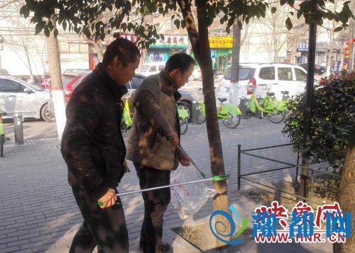 志愿者走上街头捡拾垃圾