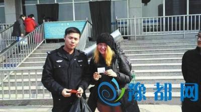 俄罗斯姑娘搭顺风车被困漯河 得交警及时救助