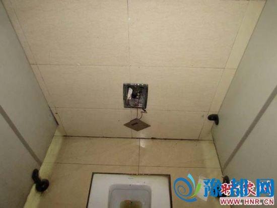 龙亭公园大殿西男卫生间自动冲便池感应器损坏,电气元件裸露出来,且无法冲水。