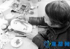 卢氏县一高美术教师巧手石上作画