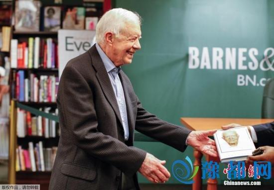 图为美国前总统吉米・卡特在新书签售会上。