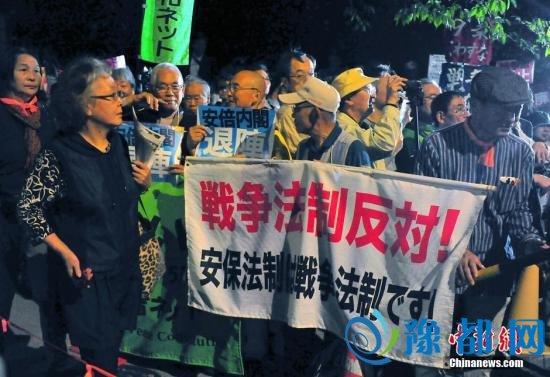 """资料图:日本参议院通过新安保法案过去整整一个月,对此持反对态度的日本各地民众并未""""善罢甘休"""",10月19日晚,东京的国会周边再度出现规模浩大的反安保抗议集会。中新社记者 王健 摄"""