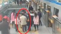 实拍男子地铁逃票被阻后打人 推倒女员工致其晕倒