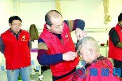 灵宝市第一人民医院病房里来了理发师