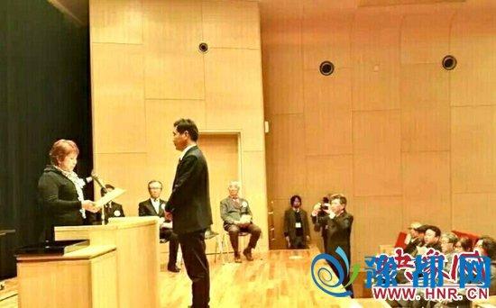 王文恺代表中方上台领奖