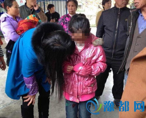 女孩被养父母用刀针虐待