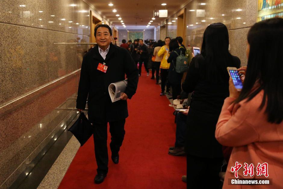 3月4日,全国政协十二届四次会议进行分组讨论。政协委员姜昆前往会场。 中新社记者 韩海丹 摄