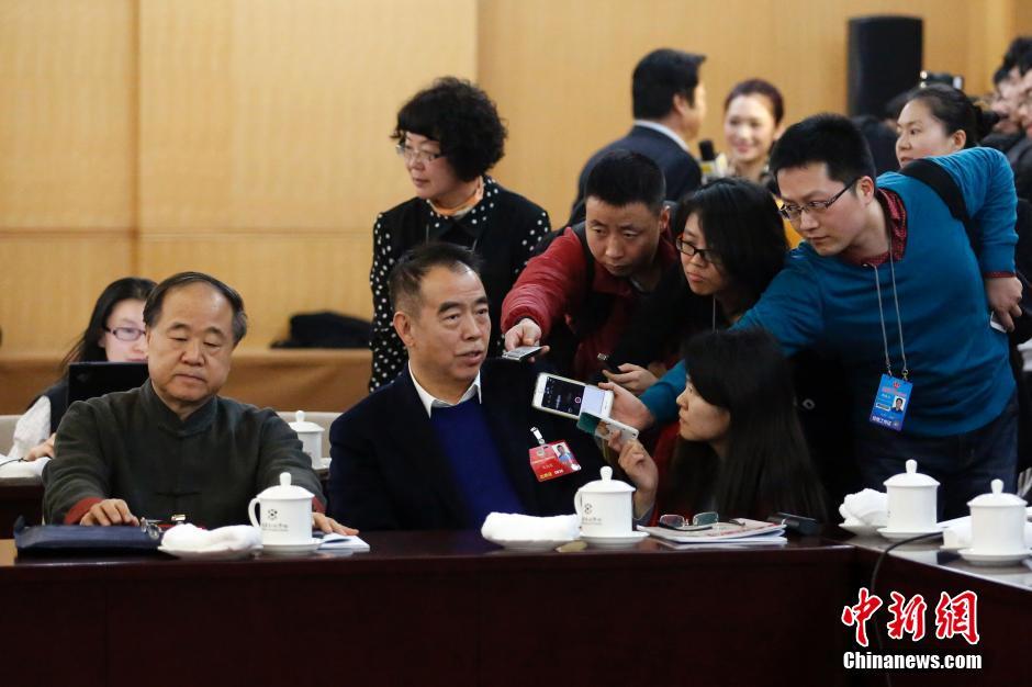 3月4日,全国政协十二届四次会议进行分组讨论。会议休息时,陈凯歌委员接受记者采访。 中新社记者 韩海丹 摄