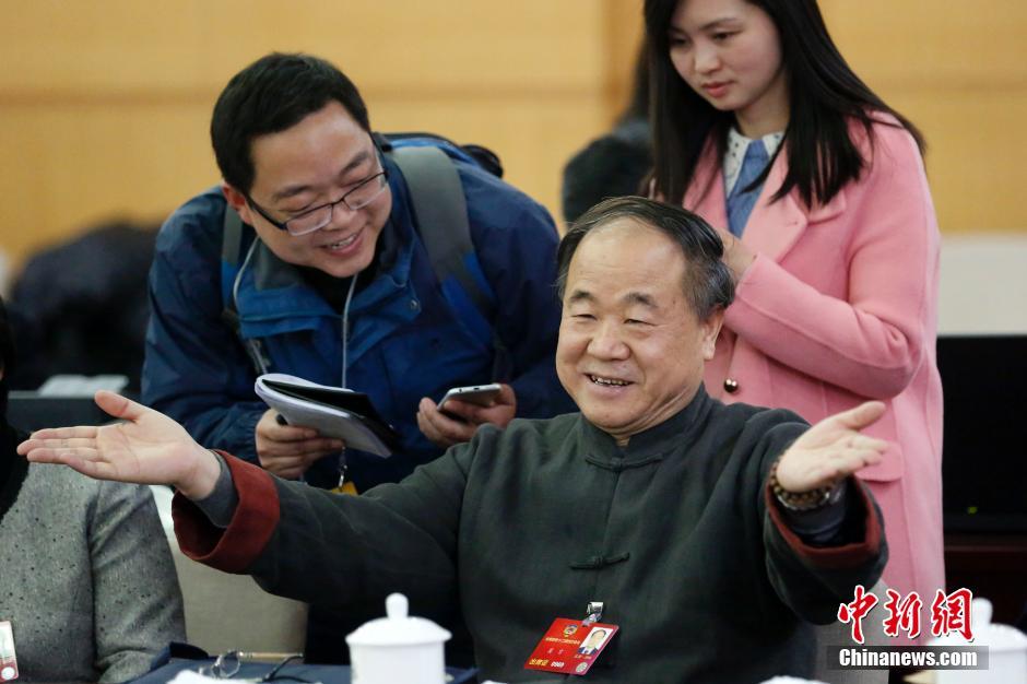 3月4日,全国政协十二届四次会议进行分组讨论。会议休息时,莫言接受记者采访。 中新社记者 韩海丹 摄