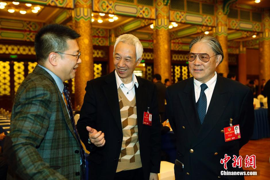 3月4日,霍震霆(右)在北京出席全国政协港澳委员联组会议。中新社记者 汤彦俊 摄