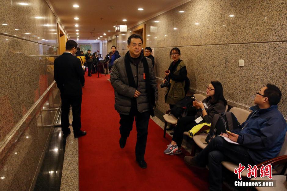 3月4日,全国政协十二届四次会议进行分组讨论。黄宏委员前往会场。 中新社记者 韩海丹 摄