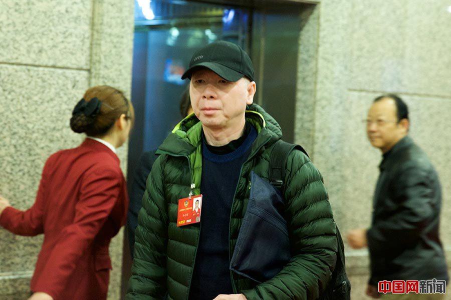 2016年3月4日,全国政协十二届四次会议展开分组讨论,明星委员悉数亮相。图为冯小刚。中国网记者 吴闻达摄