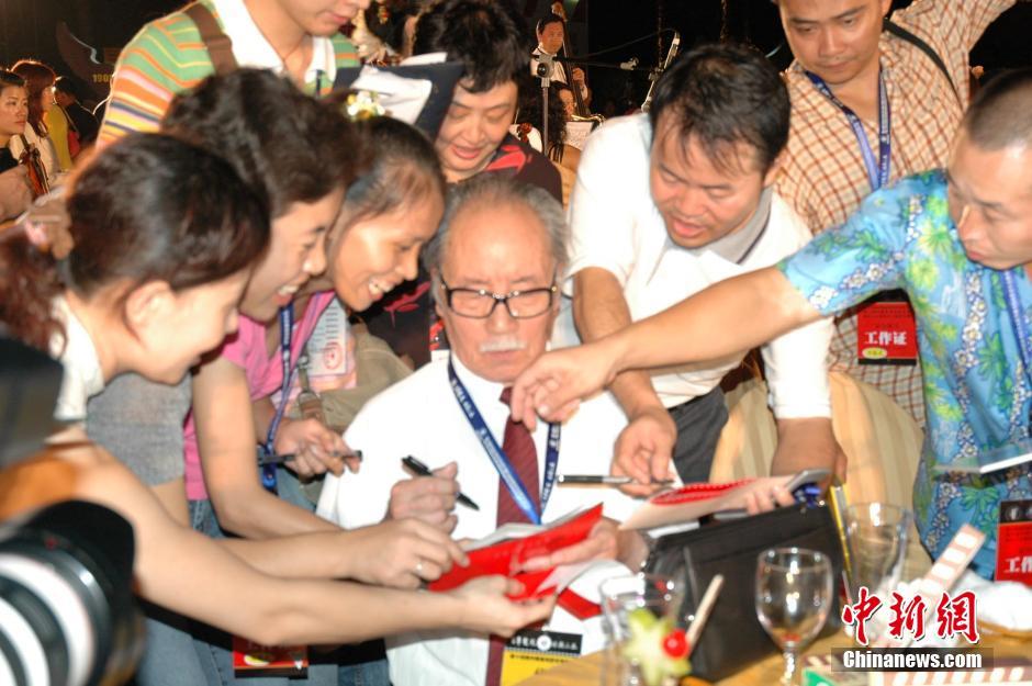 2005年11月10日,在三亚举行的第十四届中国金鸡百花电影节开幕式上,老影星葛存壮深受影迷追捧,许多影迷将葛老团团围住,请葛老签名。