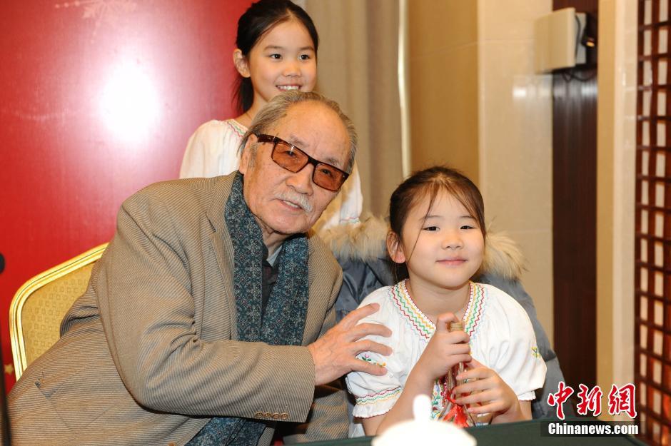 """2011年1月8日,电影《情意浓》发布会在北京举行。葛存壮、黄素影、凌元、吴素琴等老艺术家和几位小演员同台亮相。""""祖孙""""两代演员其乐融融,现场气氛十分温馨。"""