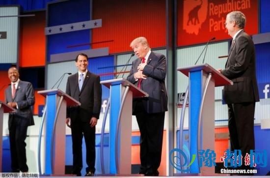 特朗普(左三)的言语引起周围人一阵大笑。